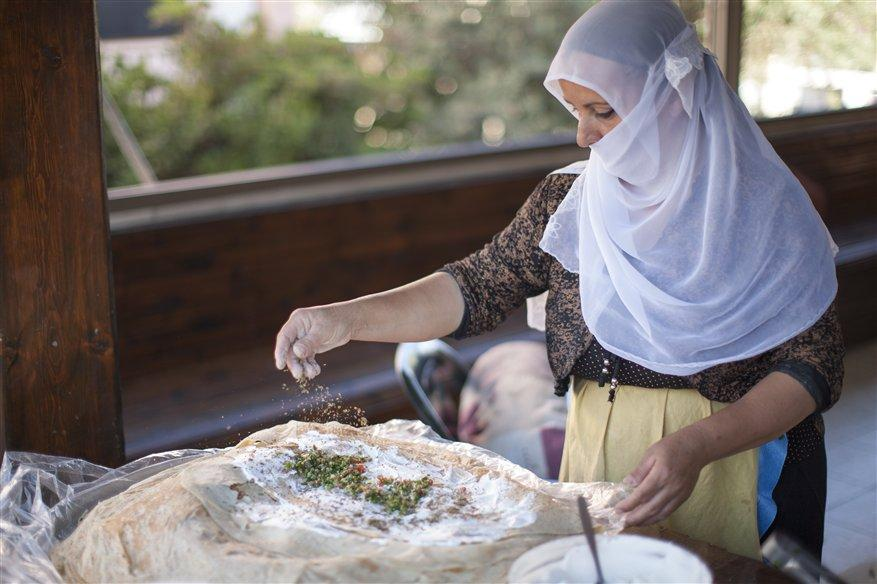 Drusin beim Zubereiten eines traditionellen Gerichts