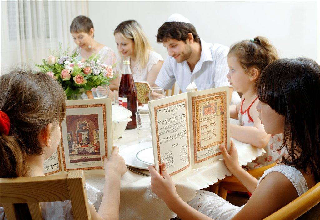 Familie an Pessach